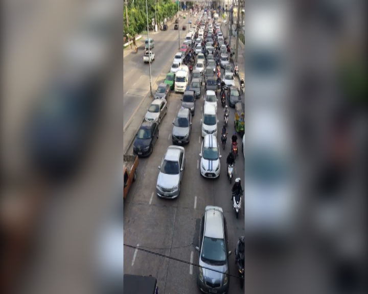 Drivers don't move aside for the ambulance in Bangkok
