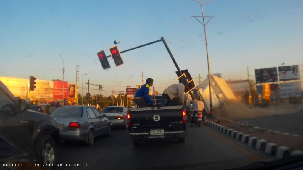 A truck crashes into traffic lights in Chiang Mai